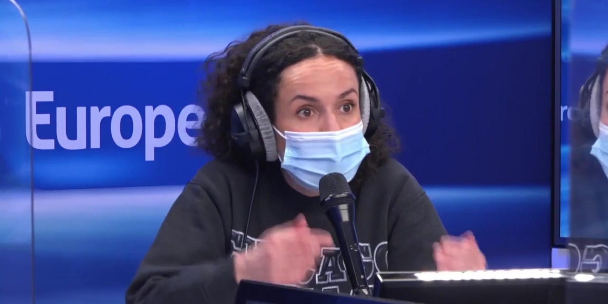 L'humoriste Amelle Chahbi raconte comment elle entrait en douce en boîte de nuit