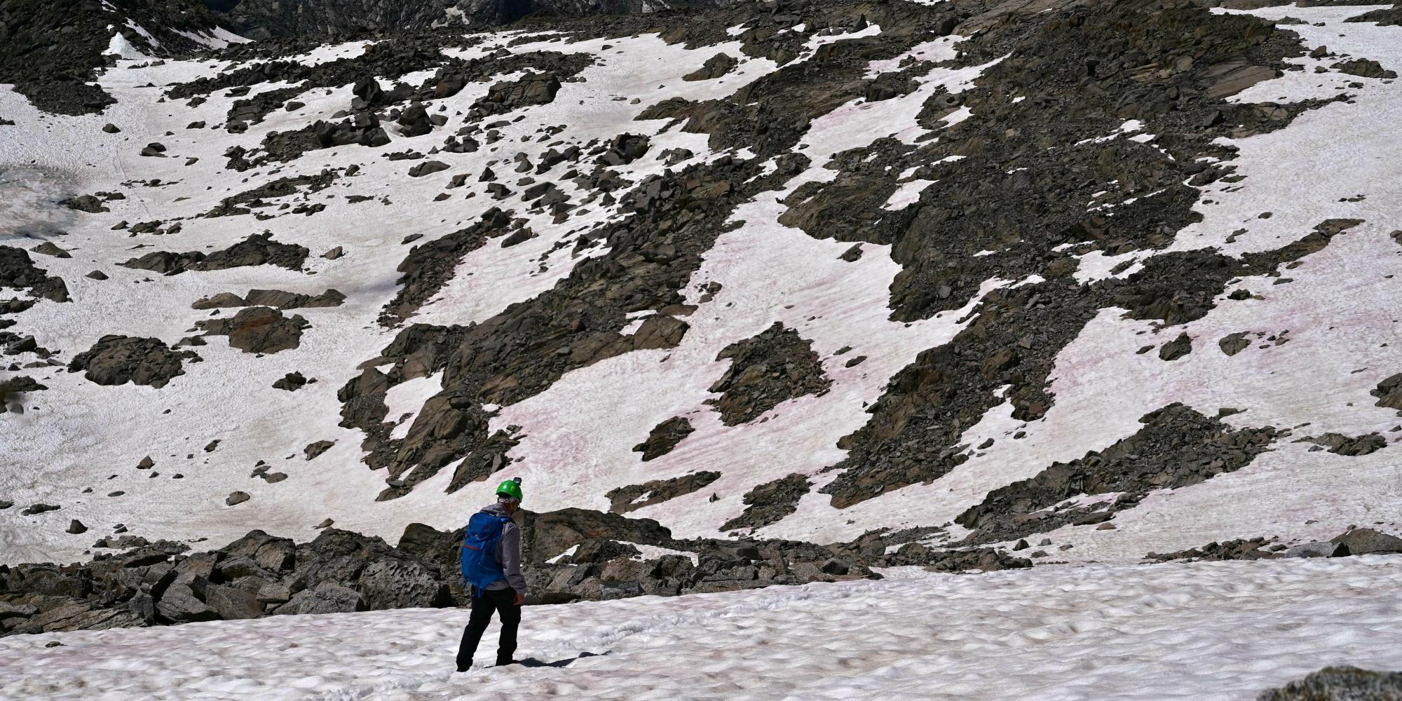 PHOTO - Pourquoi ce glacier des Alpes est-il devenu entièrement rose ?
