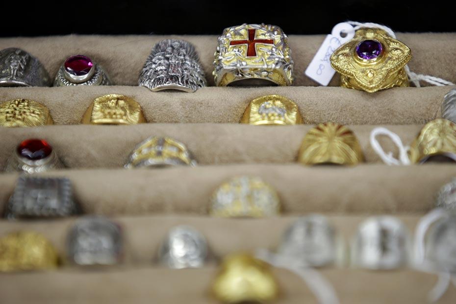 grandes variétés prix raisonnable regard détaillé De l'argent doré pour le pape François