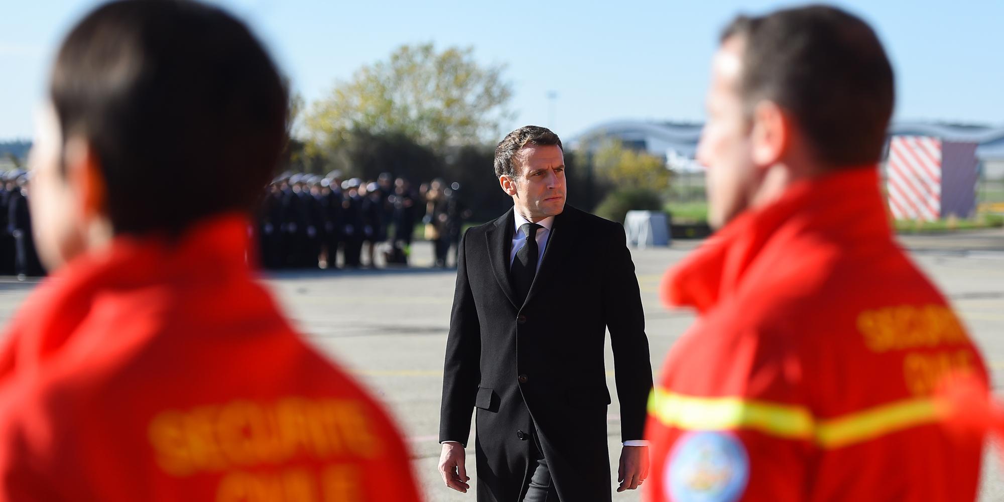 """Hommage d'Emmanuel Macron aux trois secouristes tués en hélicoptère, """"trois héros"""""""