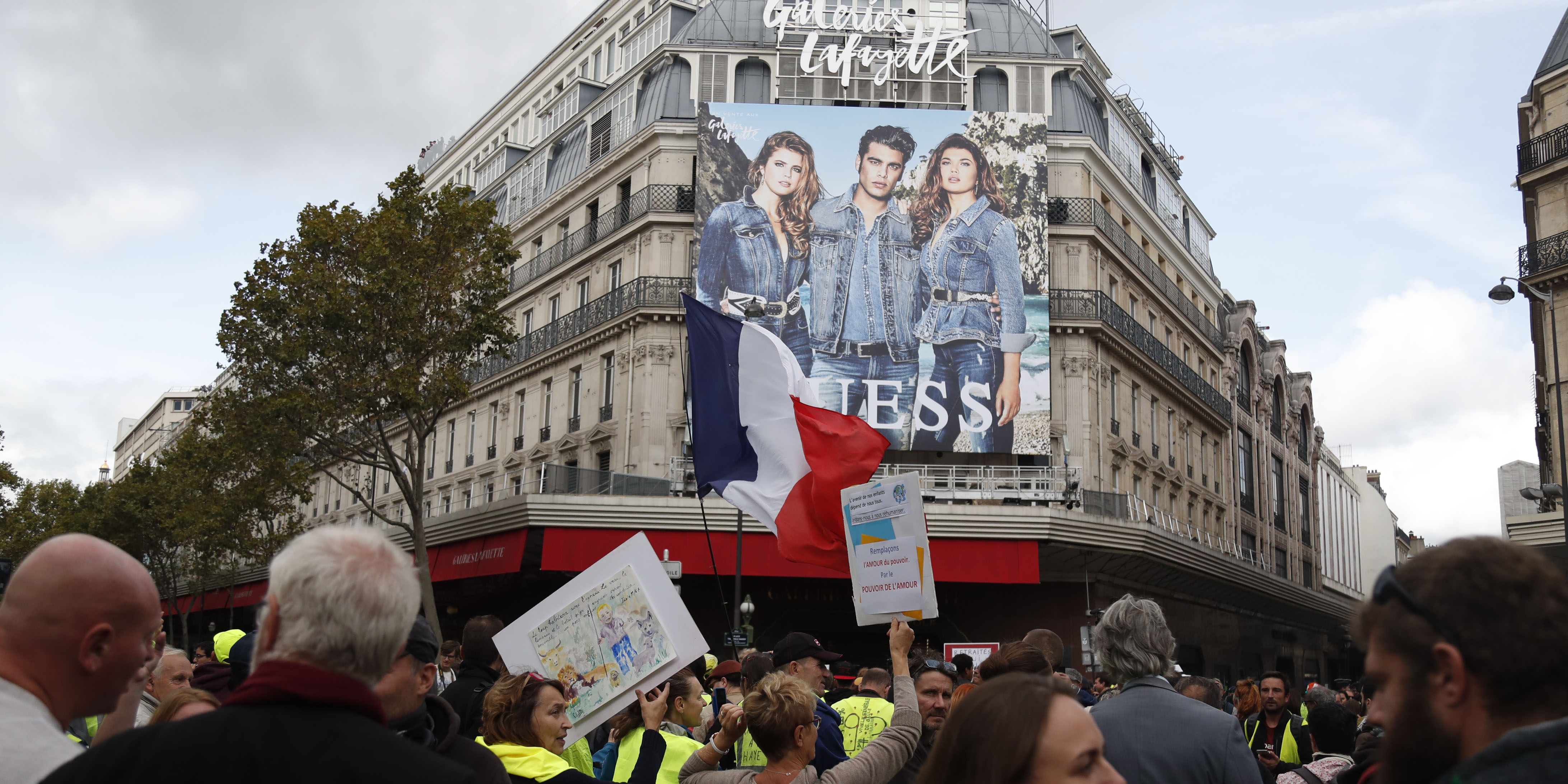 Manifestation Of Yellow Vests At Galeries Lafayette To Buy A Bracelet It Takes Smic Teller Report