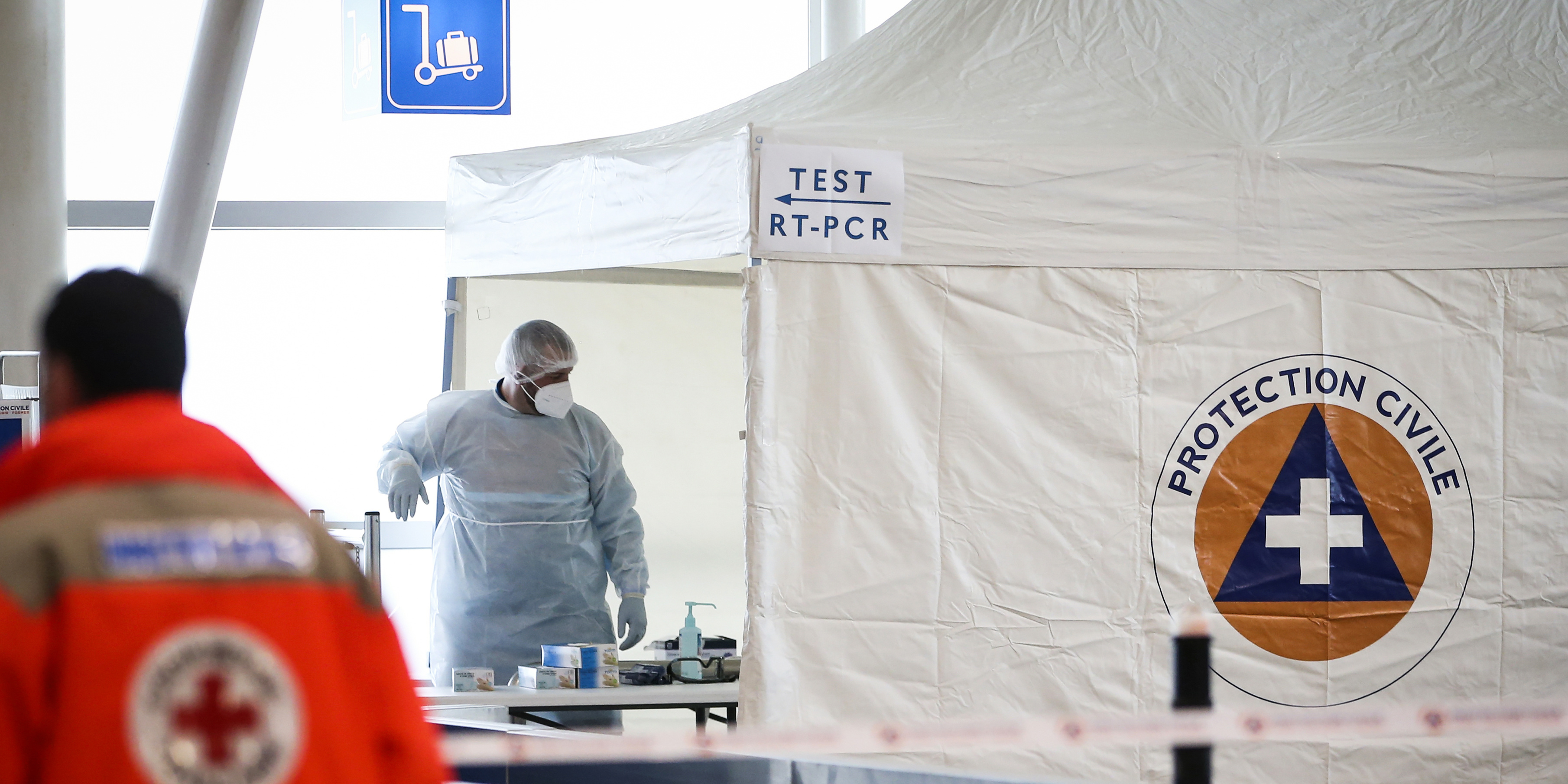EN DIRECT - Coronavirus : test PCR obligatoire pour les voyageurs européens dès dimanche