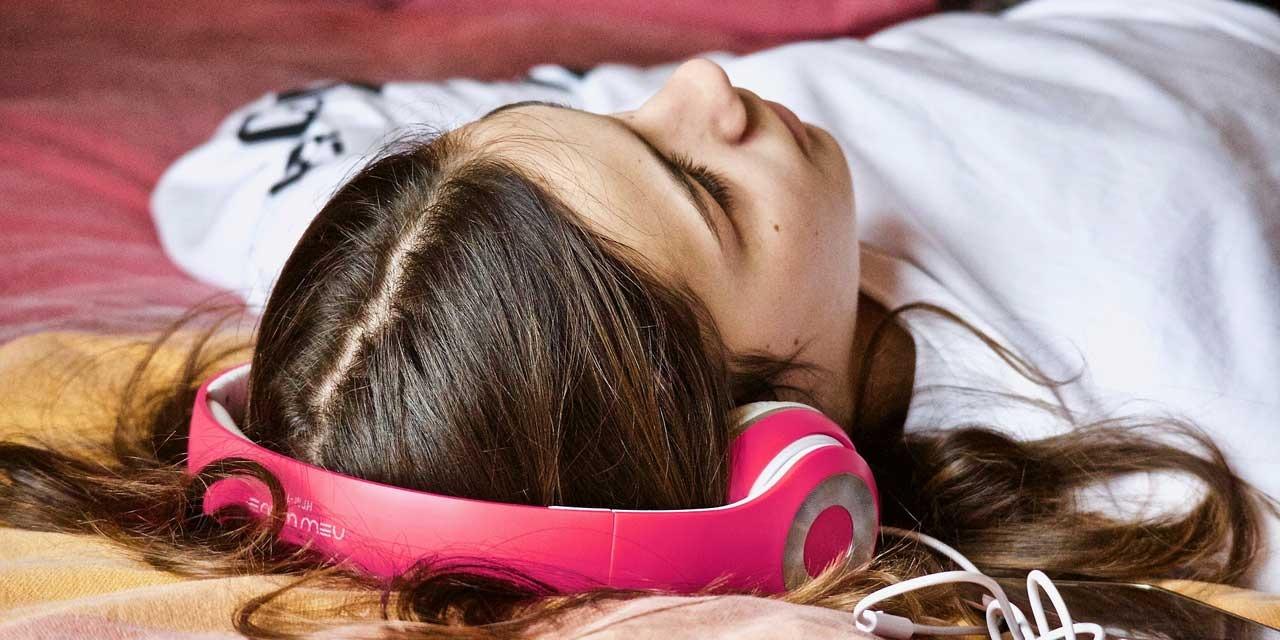Musique trop forte, acouphènes… Comment préserver son audition ?