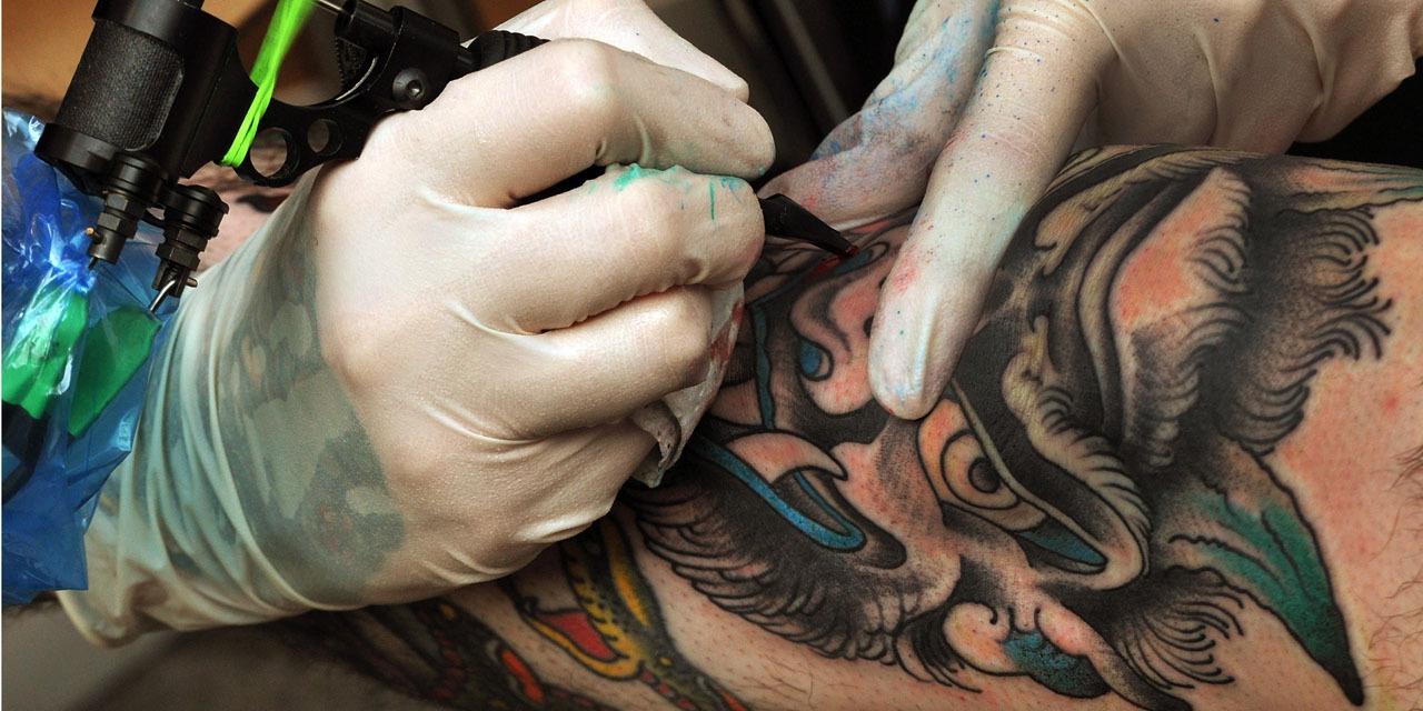"""Mario, 56 ans, a caché ses tatouages à son père pendant 30 ans : """"Pour lui, c'était signe de..."""