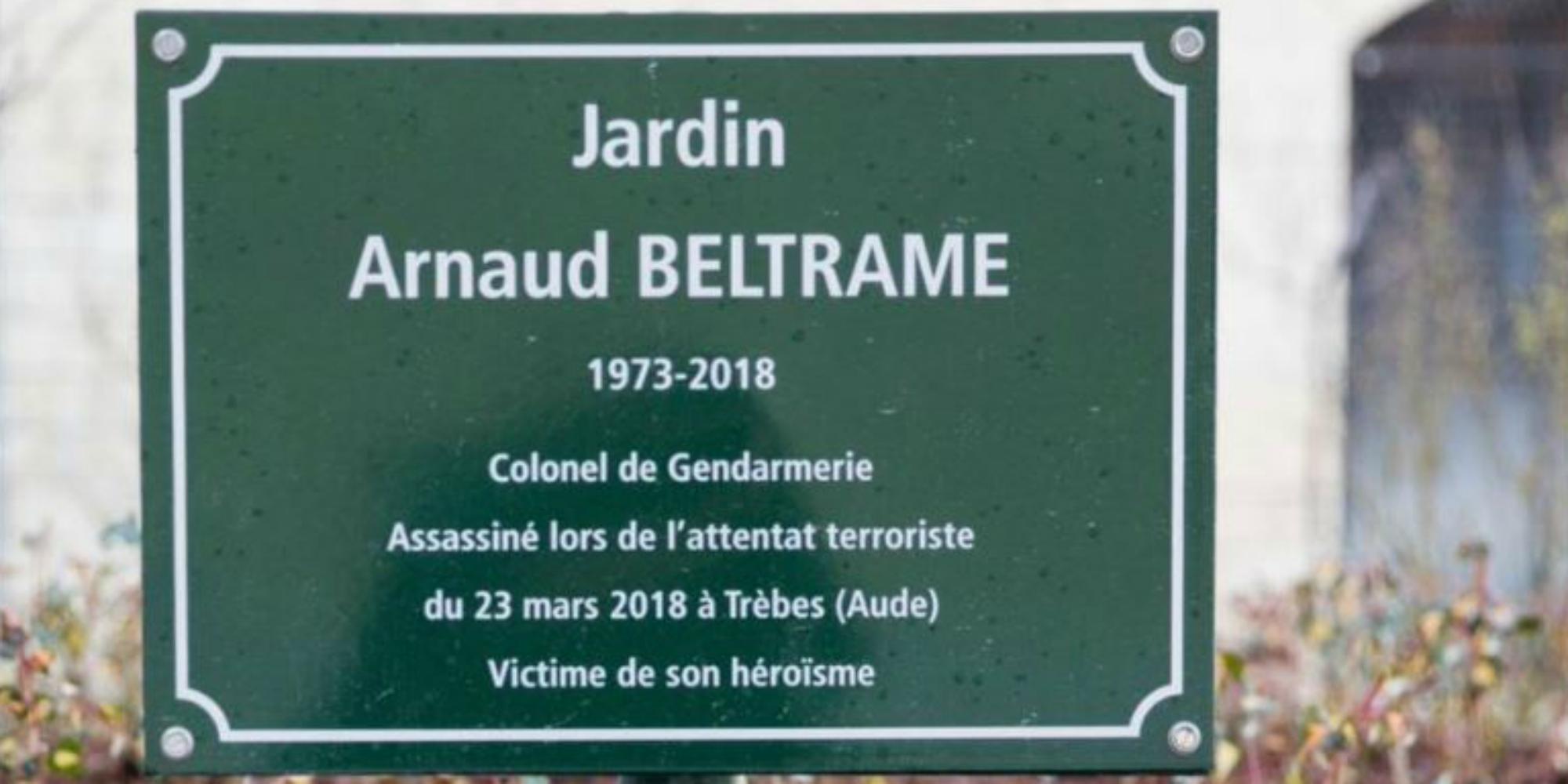 """Victime de son héroïsme"""" : la plaque du jardin Arnaud Beltrame à Paris fait  polémique"""